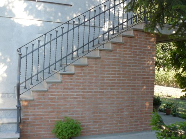 Scale e ringhiere esterne rosso ferro battuto - Ringhiere in ferro battuto per balconi esterni ...