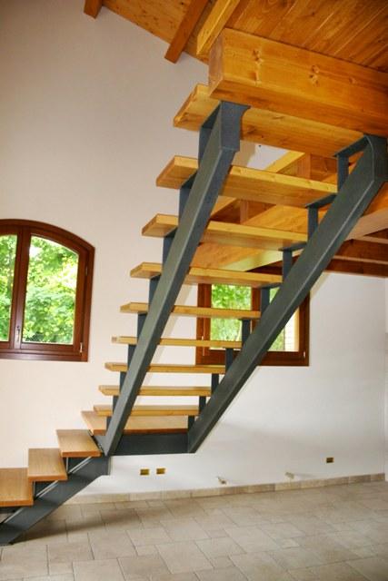 Ringhiere e scale interne rosso ferro battuto - Scale interne a vista ...